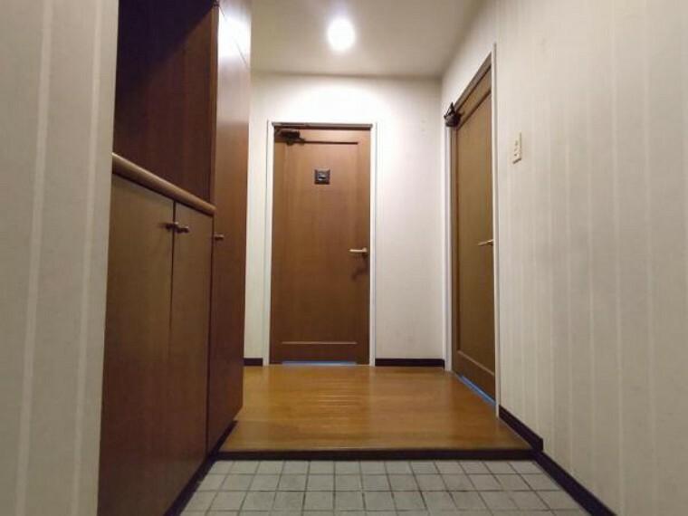 玄関 【現在リフォーム中】玄関ホールの写真です。シューズボックスの交換をします。新しく交換するシューズボックスには姿見のミラーがありますので、お出かけ前の身だしなみチェックができますね。