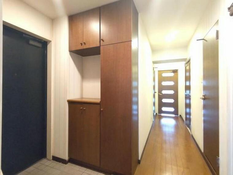 玄関 【現在リフォーム中】廊下の写真です。天井・壁クロスの張替、床材の張替、照明器具交換の交換をします。帰宅時には落ち着いた空間がお出迎えをしてくれます。