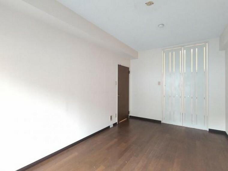 【現在リフォーム中】西側7.7帖の洋室です。 壁・天井クロス張替、床材張替え、照明器具交換をします。 窓からは柔らかな陽射しと風通しを確保。ご夫婦の寝室としても子供部屋としても使用できます。