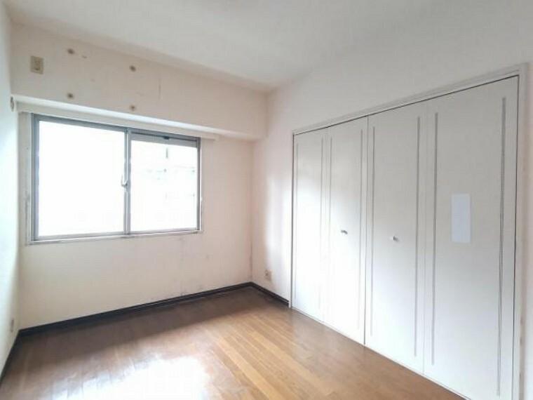 【現在リフォーム中】東側4.4帖の洋室です。壁・天井クロス張替、床フローリング張替え、照明器具交換をします。お子様部屋や趣味の部屋として使うのに程よい広さとなっています。