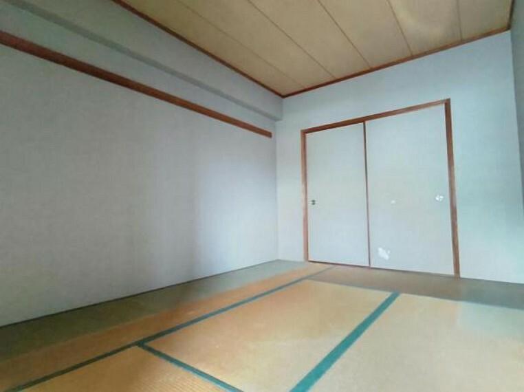 【現在リフォーム中】リビング横6畳、和室の写真です。壁のクロス張り替えと、畳の表替えを行います。 床がフローリングに比べてやわらかいので小さなお子様の遊び部屋にも使用できます。