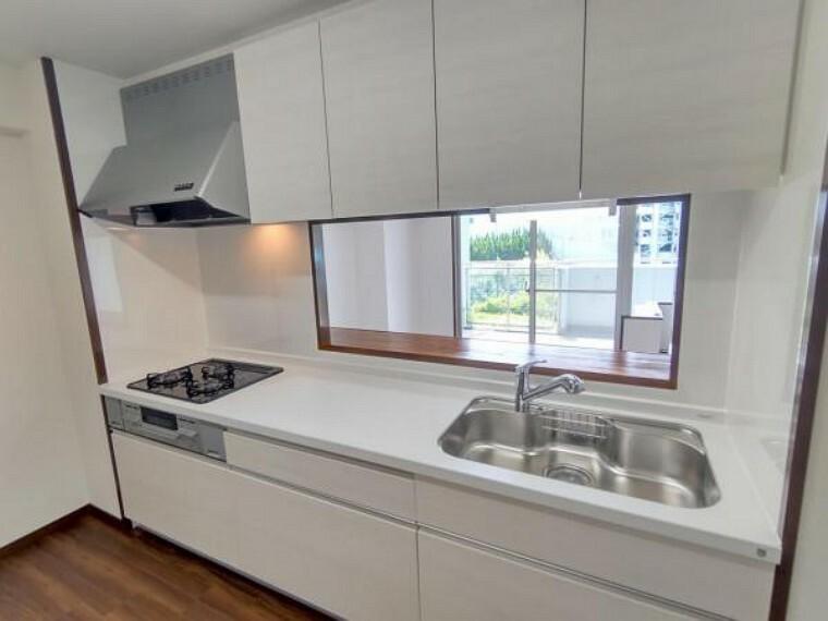 キッチン 【リフォーム済】キッチンはハウステック製の新品に交換しました。引出には一升瓶や寸胴鍋のような背の高いものも収納できます。天板は熱や傷にも強い人工大理石仕様なので、毎日のお手入れが簡単です。