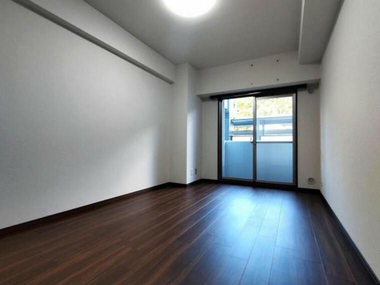 【リフォーム済】西側7.7帖の洋室です。 壁・天井クロス張替、床材重張、照明器具交換をしました。 窓からは柔らかな陽射しと風通しを確保。ご夫婦の寝室としても子供部屋としても使用できます。