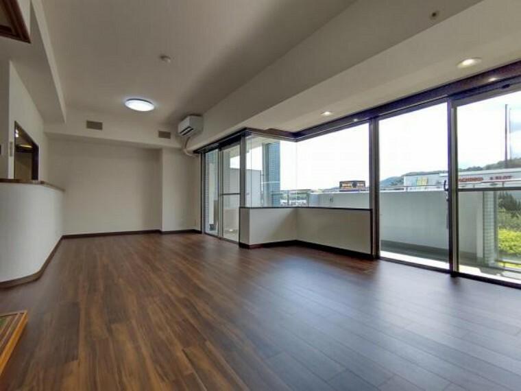 居間・リビング 【リフォーム済】リビングの別角度からの写真です。天井・壁クロス張替、床材重張、照明器具交換、エアコンの設置をしました。和室とのつながりが確保されているのでLDKを広く感じます。