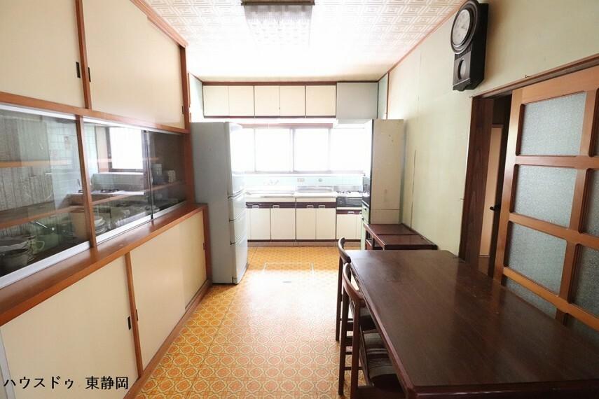 居間・リビング 奥行のあるダイニングキッチンです。
