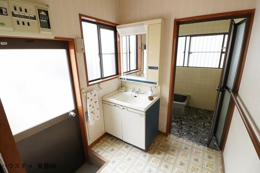 洗面化粧台 勝手口のある洗面所です。泥だらけになってもお風呂場へ直行できる作りになっています。