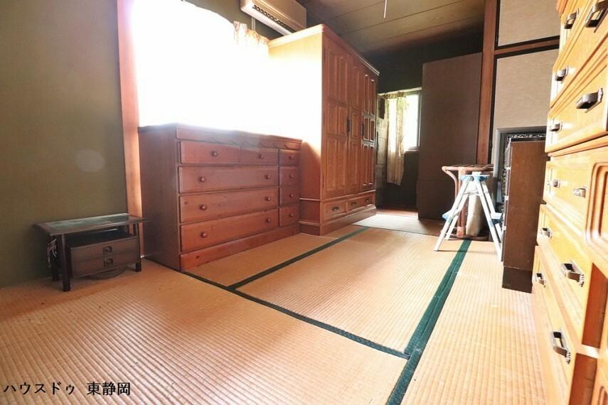 和室 ダイニング横の和室。二面採光のお部屋です。板の間部分もあるため、重たい物はそちらに置いておくこともできます。