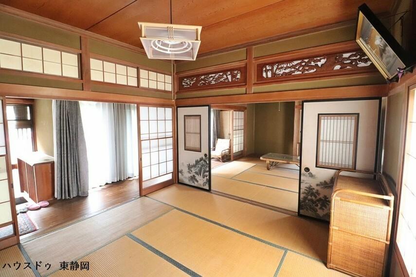 和室 間取り図右側の8帖の和室です。玄関を上がってすぐのお部屋になります。客間としても居室としても使用できます。
