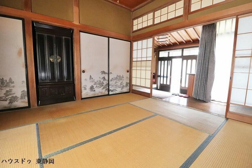 和室 玄関に向いた欄間部分は障子が貼ってあるため、高い位置から光を取り込むことができます。