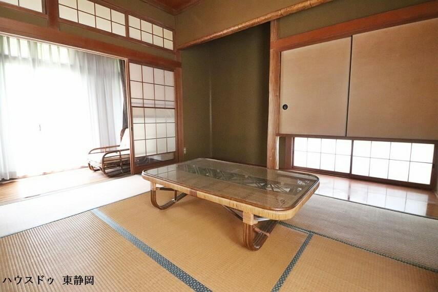 和室 間取図左側の和室には、吊り押入れと床の間があります。廊下からの採光の明るいお部屋。