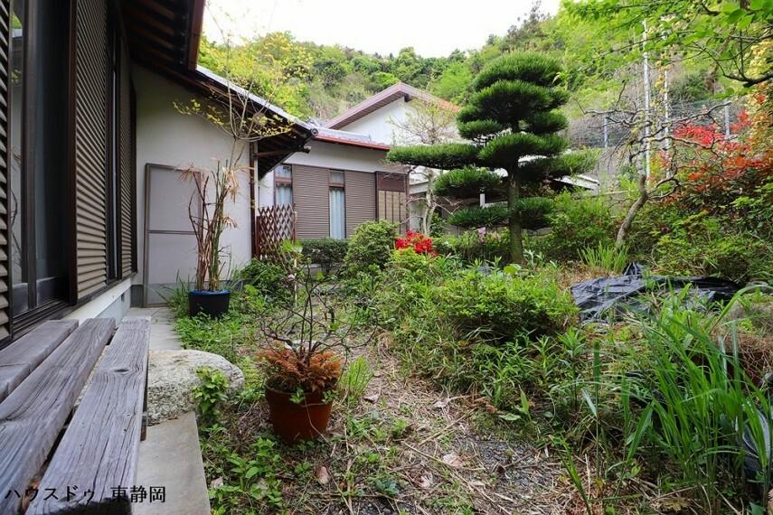 庭 縁側からの景色。廊下や和室から季節を感じられます。