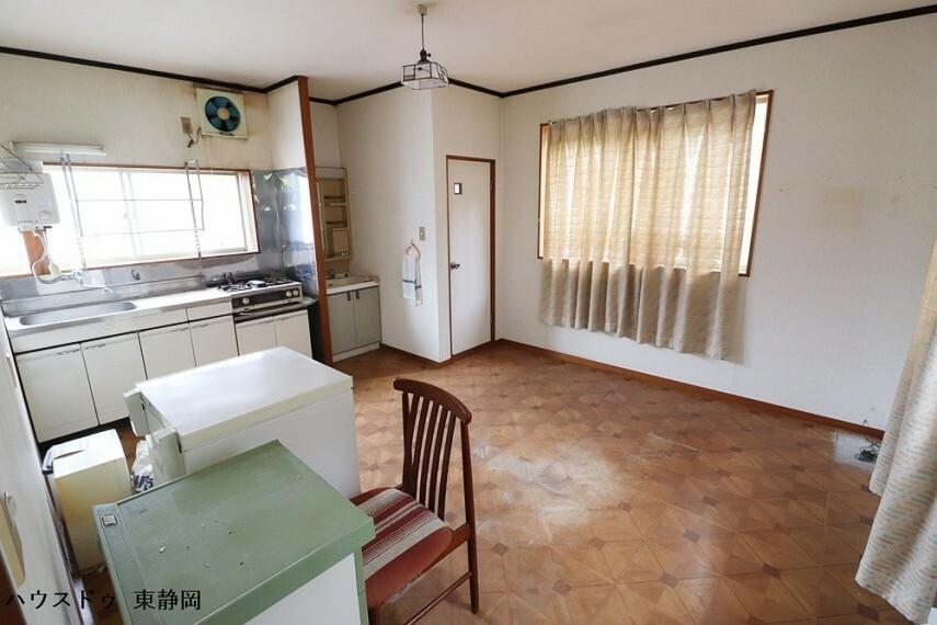 居間・リビング 離れ二階のダイニングキッチン。三面採光で通風良好。洗面、トイレ、キッチンが集中しています。