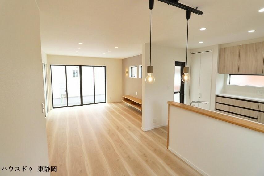 居間・リビング 印象的なペンダントライトを設置したダイニング部分。玄関とおそろいの照明が家全体に統一感を生み出します。
