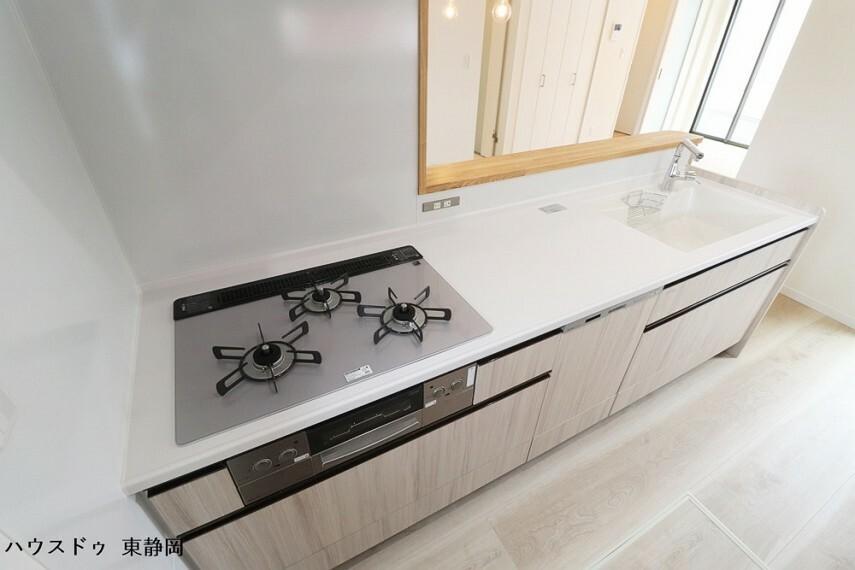 キッチン 3口コンロを採用したキッチンは、一度に使用することで料理の時短が可能です。食洗器付きなので家事負担が軽減されます。