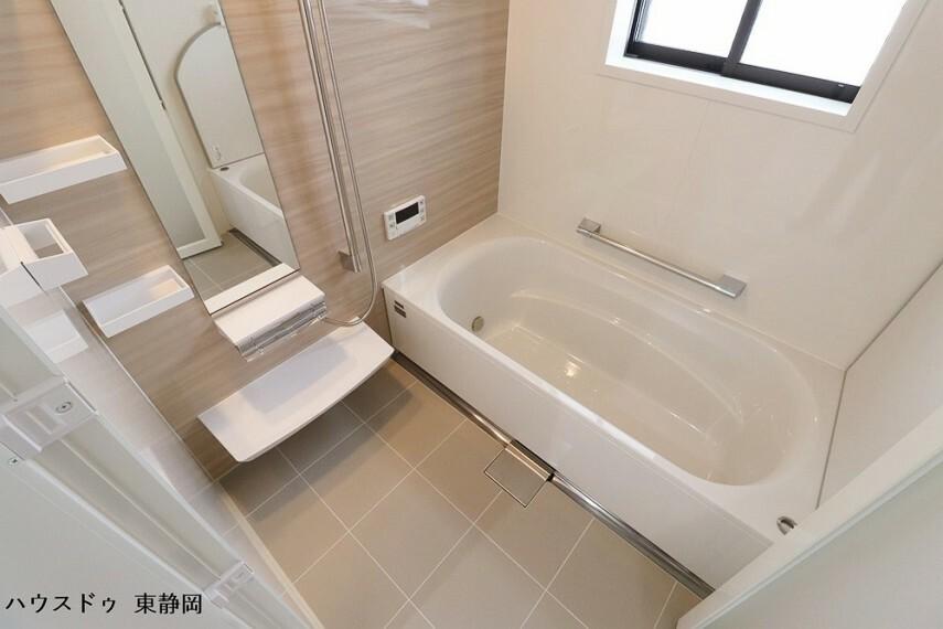 浴室 手すりのついた浴槽は、ご年配の方も安心してご利用いただけます。オートバス機能で湯張りも簡単。