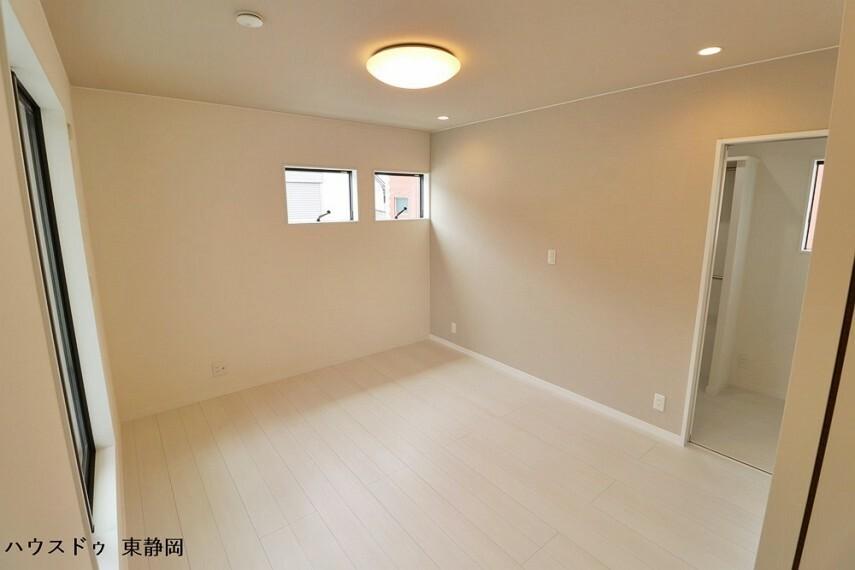 寝室 7帖居室。南東二面採光の明るいお部屋です。ウォークインクローゼットがあります。