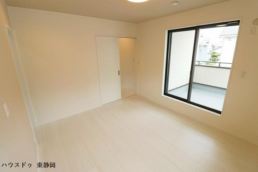 寝室 7帖居室。バルコニーに面したお部屋なので、明るく温かい光が差し込みます。