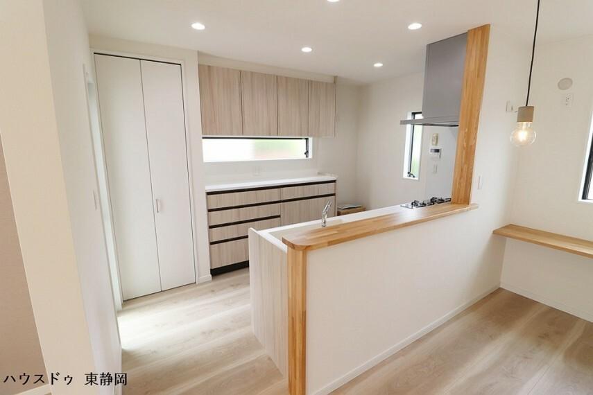 キッチン 広々とした視線で料理ができる対面式キッチン。家族との会話も楽しめる空間となっています。カップボードだけでなくパントリーもあるため使い勝手が良いですね。