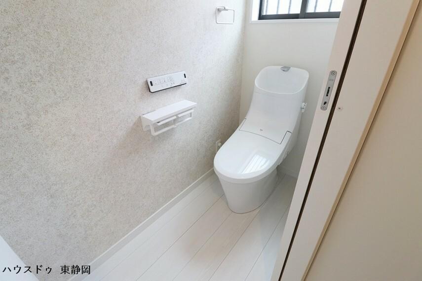 トイレ 誰もが快適な洗浄機能付きトイレ。壁面には収納棚が設置されているため、備蓄のストックなどがしまえます。