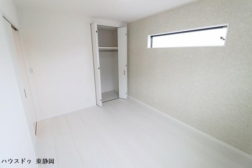 洋室 西側6帖居室。落ち着いたカラーのクロスを使用し、リラックスできる空間です。