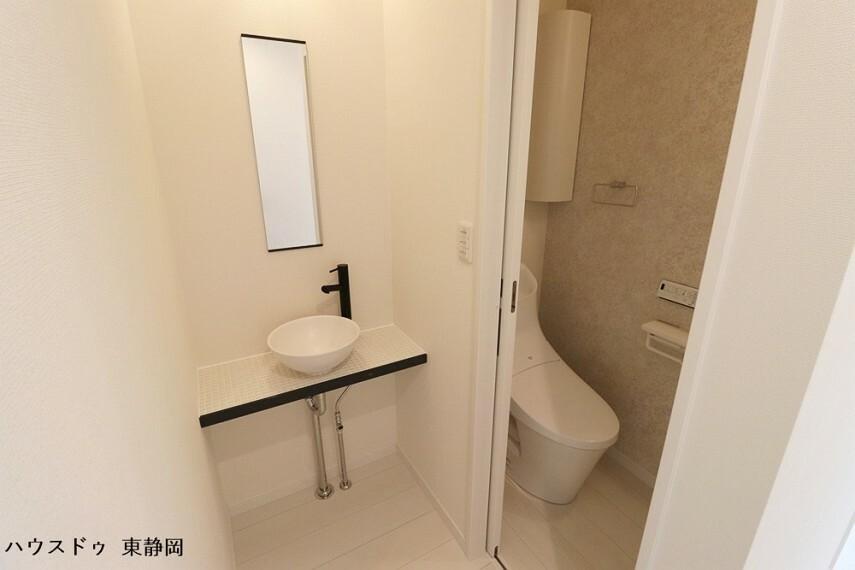 トイレ 二階トイレは一階と同じタイプです。手洗い場が可愛らしい空間です。