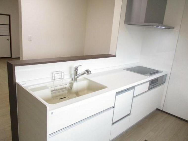 キッチン 【同仕様写真】キッチンはハウステック社の新品型キッチンを設置予定。扉やインテリアに合わせやすい人工大理石のワークトップでとてもおしゃれです。IHキッチンも嬉しいですね。