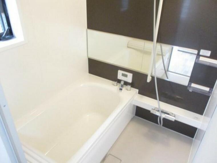 浴室 【同仕様写真】今回のリフォームでハウステック社製の新品1坪タイプユニットバスを設置予定。フロアは滑りにくい素材を使用し、浴槽底にも滑り止めが付いています。安全性も考慮したユニットバスです。
