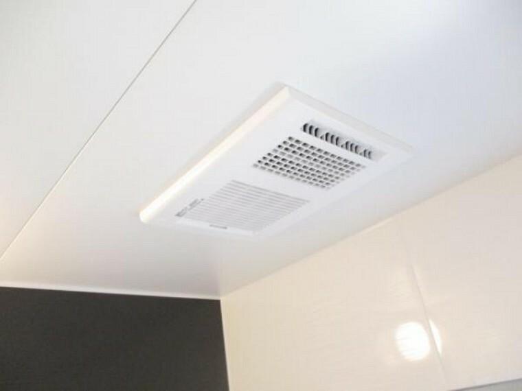 【同仕様写真】ハウステック社製の新品ユニットバスには浴室内乾燥機が設置予定です。天気の悪い日でも洗濯物が乾くので嬉しいですね。外干しではないので、PM2.5や花粉対策にも良いですよ。