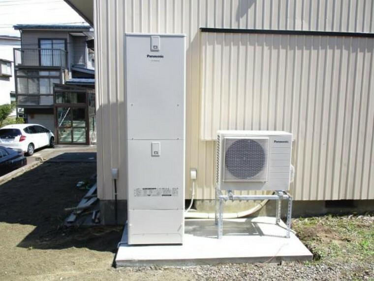 発電・温水設備 【同仕様写真】住宅外部にはパナソニック社製のエコキュート設置予定。460リットルサイズです。深夜の電気料金でお湯を沸かしてくれるエコロジーな機器です。