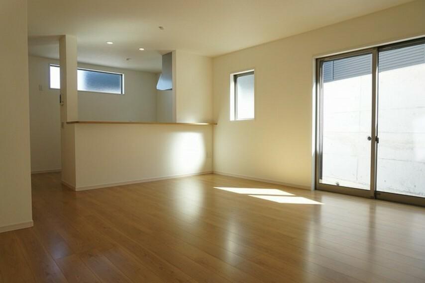 居間・リビング (同仕様写真)大きな窓のあるリビングは、陽光あふれる明るい空間です。居心地良く、ご家族皆がゆったり寛げる憩いの空間となりそうです。