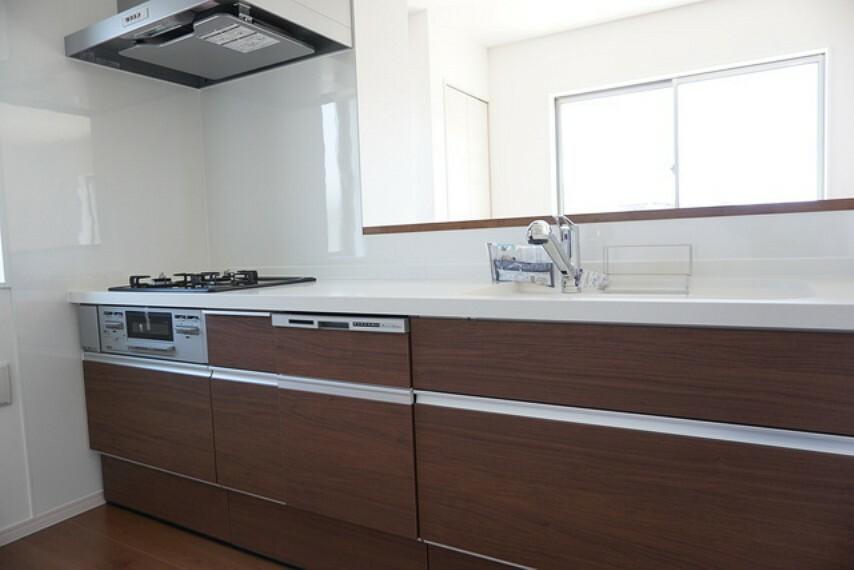 キッチン (同仕様写真)リビングダイニングを見渡せるキッチンです。家族とコミュニケーションをとりながら、楽しくお料理や片付けができそうです。