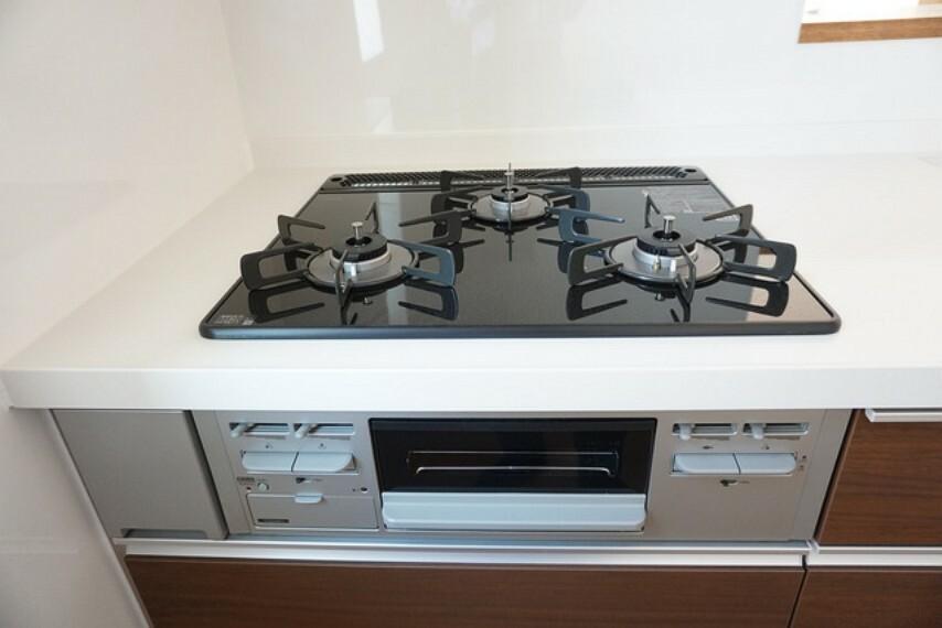 キッチン (同仕様写真)嬉しい3口コンロです。調理をしながらちょっとした一品を加えたいとき、熱を持った鍋の一時的な置き場所としてなど、3口あると便利なことがたくさんありますね。