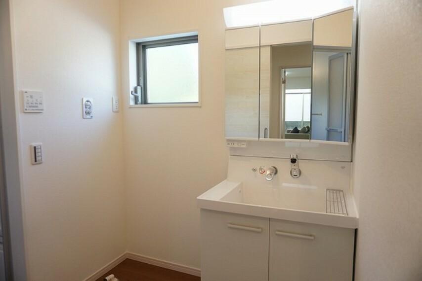 洗面化粧台 (同仕様写真)三面鏡つき洗面台。収納も一体型になっているので、ドライヤーやヘアアイロンの置き場に困りませんね。