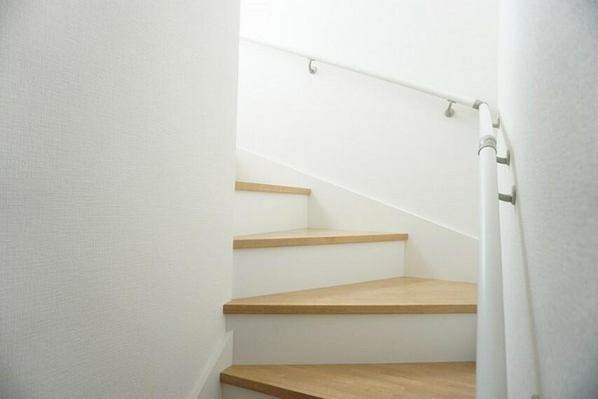 (同仕様写真)家族と顔を合わせる機会が増えるリビング階段。ご家族との距離がグッと縮まりますね。