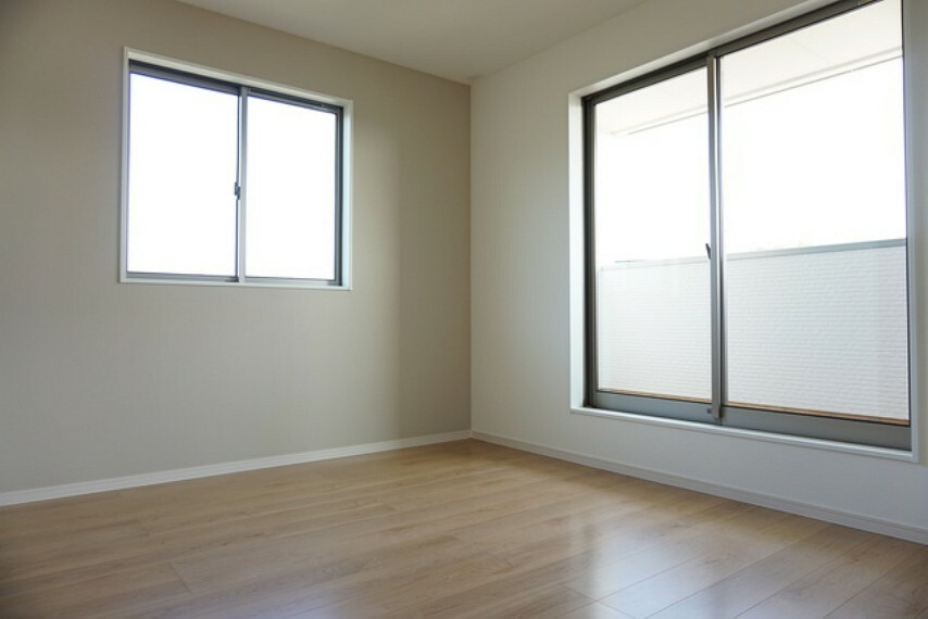 寝室 (同仕様写真)2面採光を確保した明るい室内は、風通しも良く、大変居心地の良い空間となっております。爽やかな風を感じて起きる朝は、快適生活の始まりに。