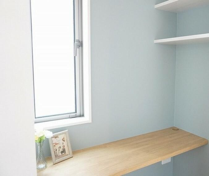 (同仕様写真)広々ウォークインクローゼットには、スタディーカウンターをご用意。落ち着いた空間でワークスペースや書斎としても使えそうです。