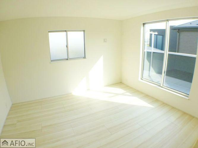 大きな窓から明るい陽射しが入ります。