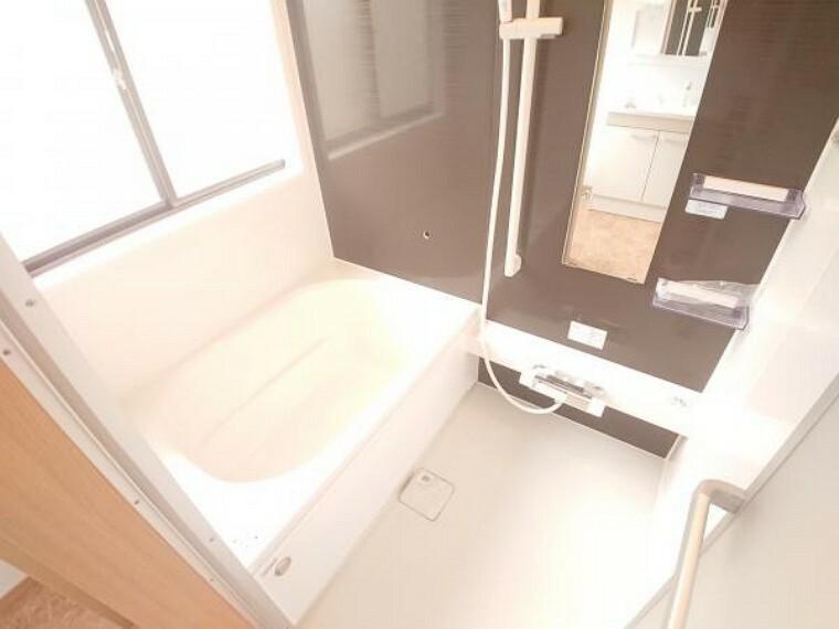 浴室 【リフォーム済】浴室はハウステック製の新品のユニットバスに交換しました。新しいお風呂で1日の疲れをゆっくり癒すことができますよ。