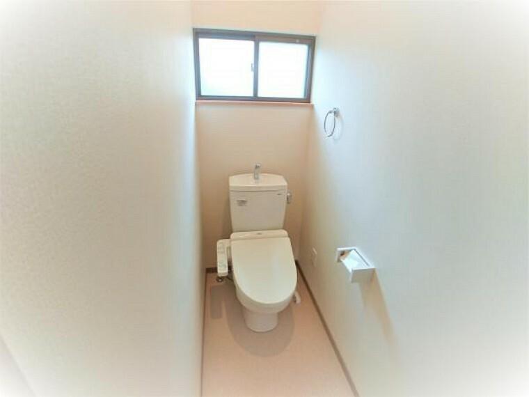 トイレ 【リフォーム済】トイレはTOTOL社製の温水洗浄機能付きに新品交換しました。直接肌に触れるトイレは新品が嬉しいですよね。毎日使用する所だからこそ新品交換させて頂きました。