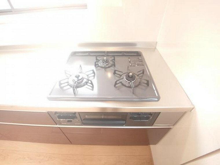 【リフォーム済】キッチンのシンクはサビにくく熱に強いステンレス製です。水はねの音を抑える静音設計で、従来よりもさらに水音が静かになっています。奥行きが広いので大きな鍋を洗うのもらくらくです。