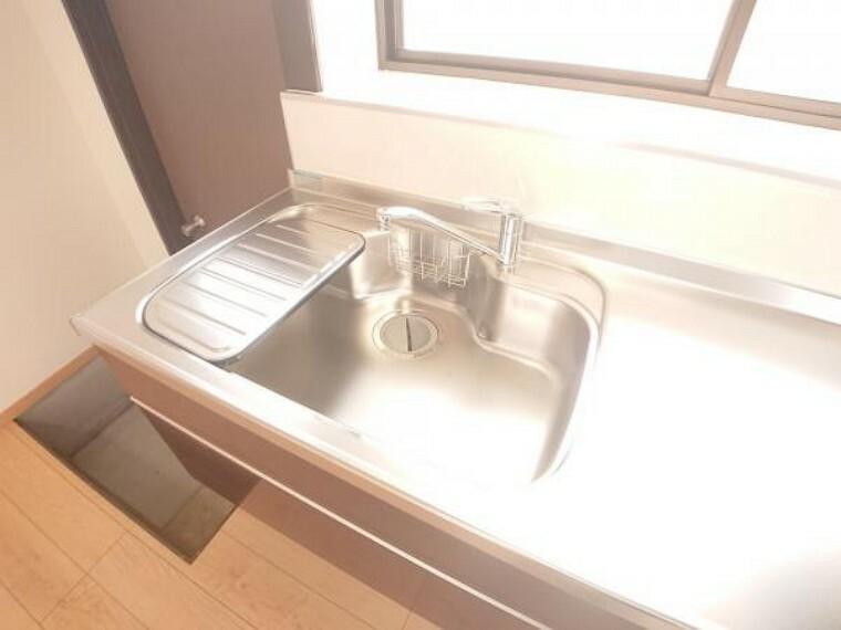 【リフォーム済】新品キッチンのシンクは、大きな鍋も洗いやすいセンターポケット形状。シンクの裏面に振動を軽減する素材を貼ることで、水はね音を抑えた静音設計のシンクです。