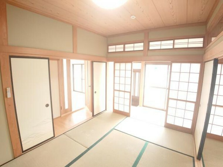 【リフォーム済】1階南側6帖和室を撮影。玄関から入ってすぐ隣の部屋なので客間としてもご利用いただけますね。西隣の8帖和室と繋げて大きな客間としてもご利用いただけます。