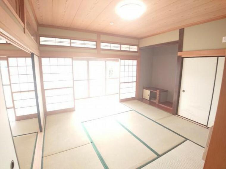 【リフォーム済】1階西側8帖和室を撮影しました。お隣の6帖の和室と繋げると14帖の大広間が出来上がります。また床の間があるお部屋ですので、お客様がいらした時の寝室などにもご利用頂けますね。