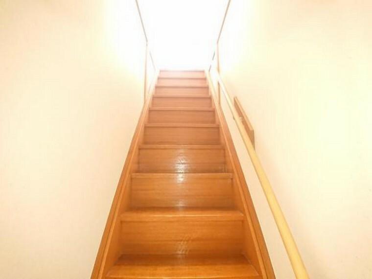 専用部・室内写真 【リフォーム済】階段部分を撮影しました。手摺の方も設置したので小さなお子様やご年配の方でも安心ですね。細かい所まで注意してリフォームさせて頂きました。