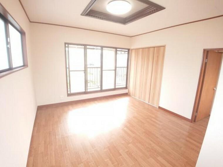 専用部・室内写真 【リフォーム済】2階東側6帖洋室を撮影しました。南側に窓からは明るい陽射しが差し込みます。またベランダには直接出る事が出来るのでお洗濯物を干すときなども楽々ですね。床は新しくクッションフロアを重ね貼りしました。お部屋全体が明るい雰囲気に生まれ変わりました。