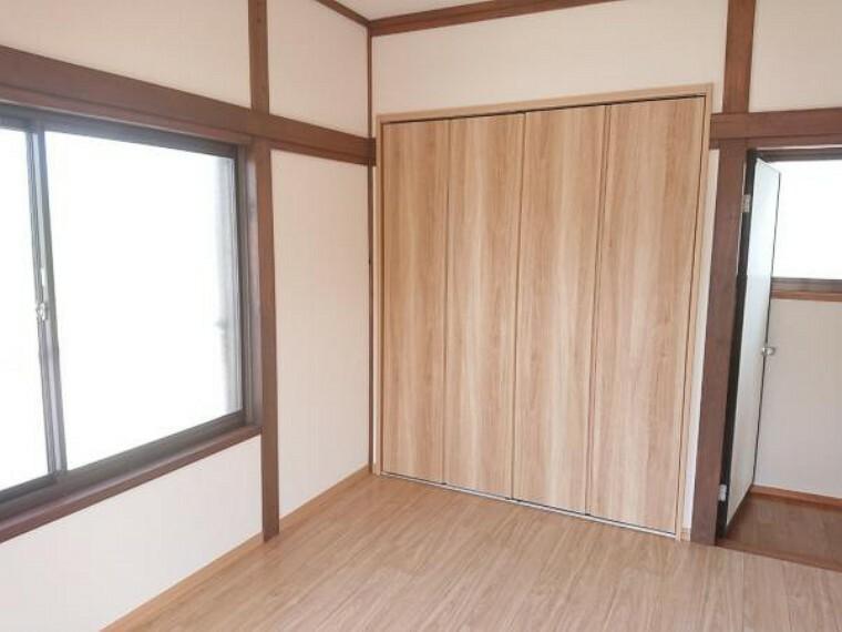 【リフォーム済】2階西側洋室の収納を撮影しました。1間サイズのクローゼットです。中には枕棚とハンガーパイプが設置済です。ロングのお洋服等を吊るしてもしわになりにくいですね。また棚の上には日頃使用しない季節物も仕舞えます。