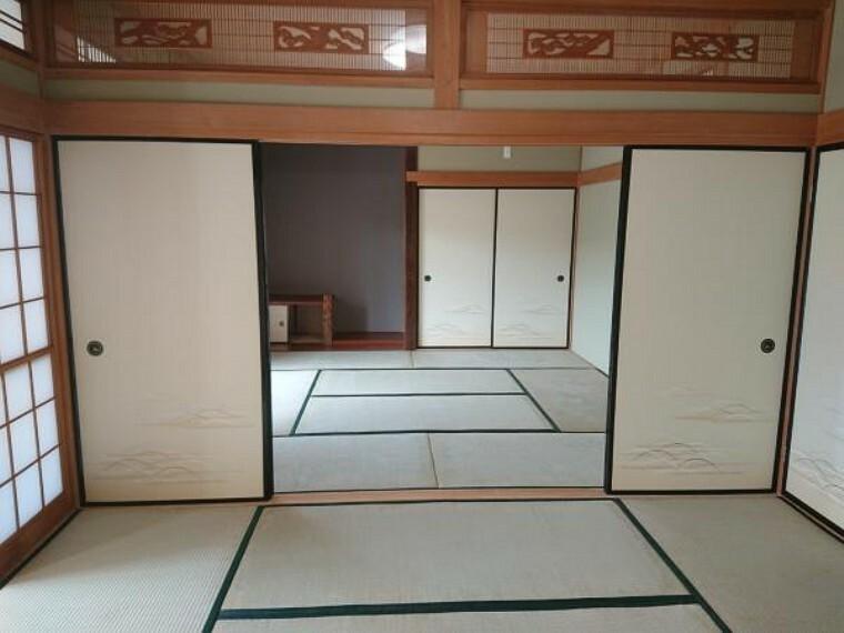 【リフォーム済】1階6帖の和室から8帖の和室方向を撮影しました。襖を外すと併せて14帖のスペースになりますのでご親族が集まった時も安心ですね。和室があると何か重宝しますね。