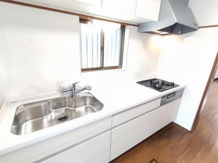 キッチン 【同仕様写真】ハウステック製のシステムキッチンに交換予定です。新品のキッチンで、毎日の家事も楽しみに変わりそうですね。収納が多いタイプを採用しているので、キッチンまわりもスッキリ使えます。