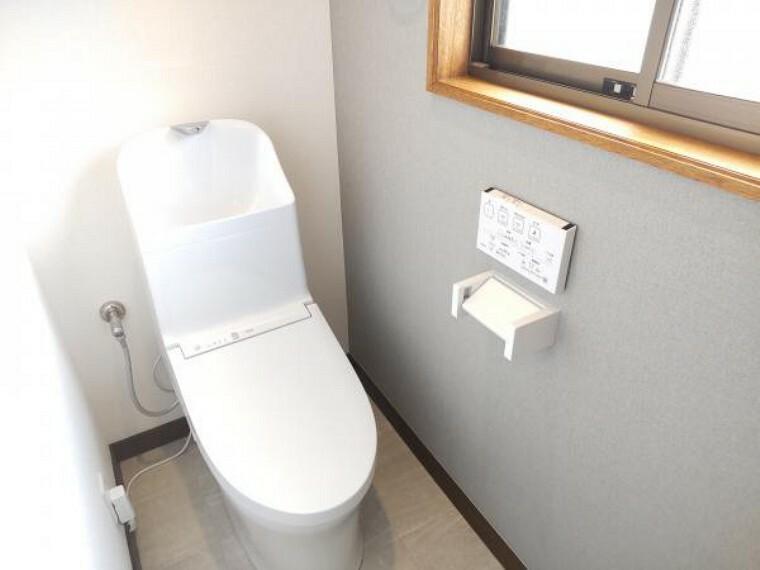 トイレ 【同仕様写真】トイレは温水洗浄便座トイレに新品交換予定です。壁・天井はクロスを張り替えて、清潔感溢れる空間に仕上げていきます。直接お肌に触れる部分なので新しいと嬉しいですね。