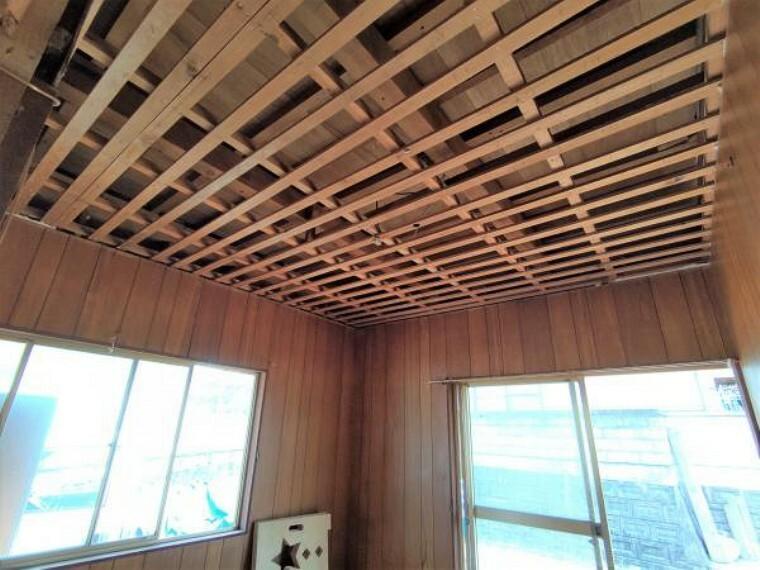 【リフォーム中】1階洋室の天井です。こちらも解体が進んでいます。